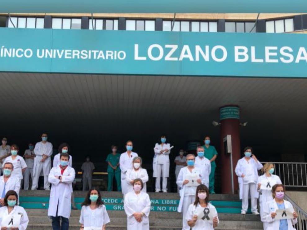 Profesionales del Hospital Clínico se concentran a las puertas del centro.