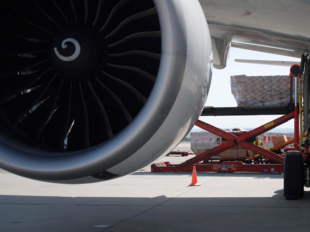 Mercancías siendo introducidas en un avión.