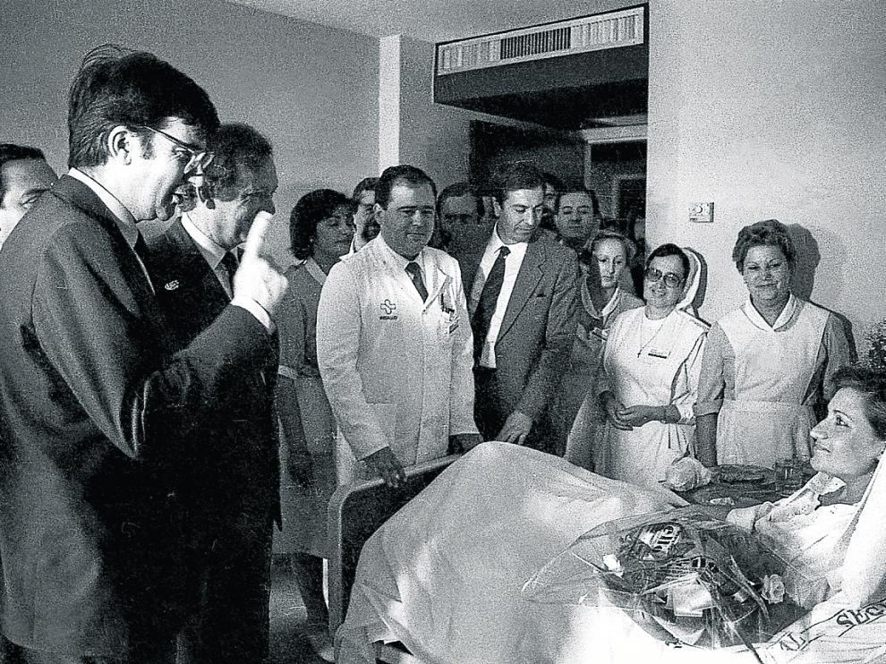 En homenaje al político socialista asesinado por ETA en 2000. Ernest Lluch, ministro de Sanidad (1982- 1986) –en la foto, con el dedo levantado– inauguró en mayo de 1985 el entonces Hospital Comarcal de Calatayud.