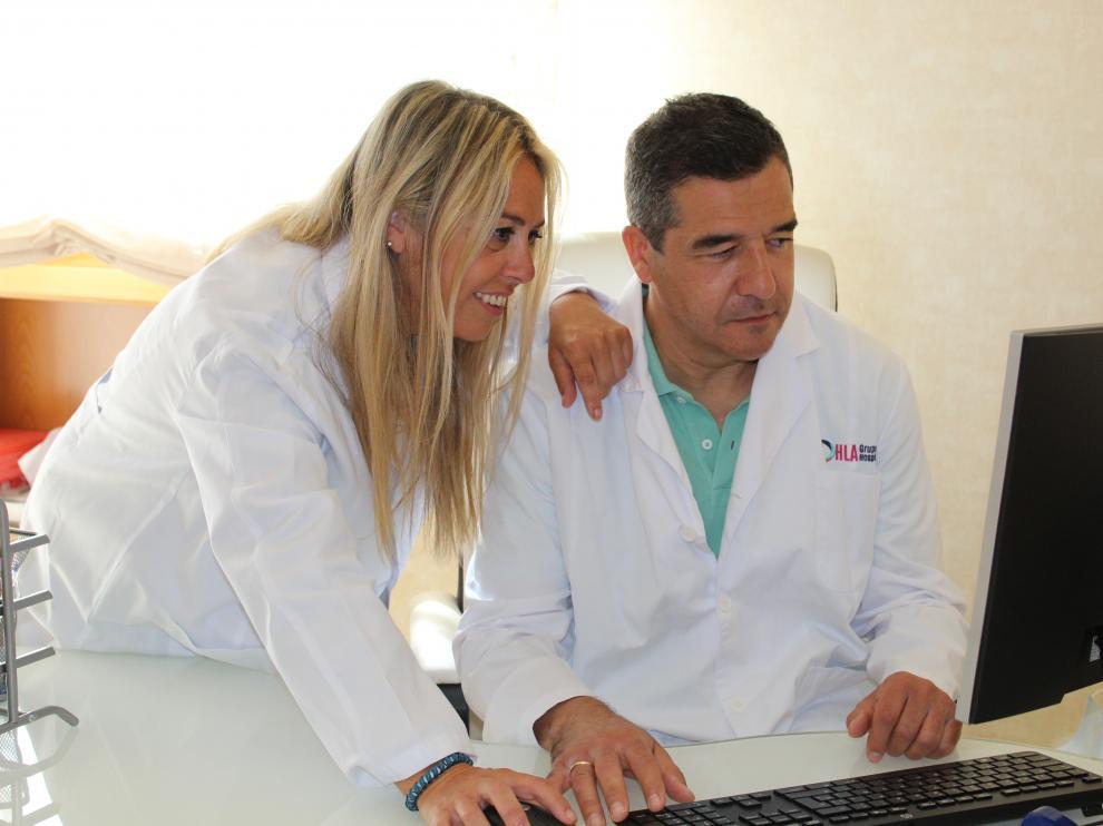 La doctora María Pilar Santero y el doctor Antonio Martínez, en consulta.