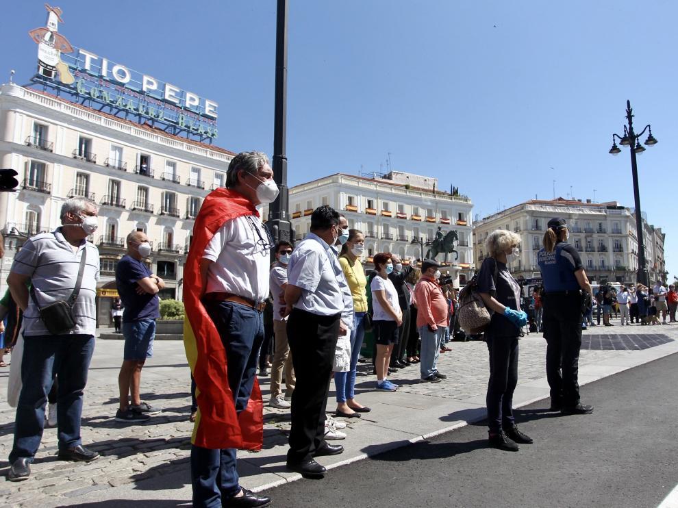 Luto nacional. Minuto de silencio en la Puerta del Sol de Madrid