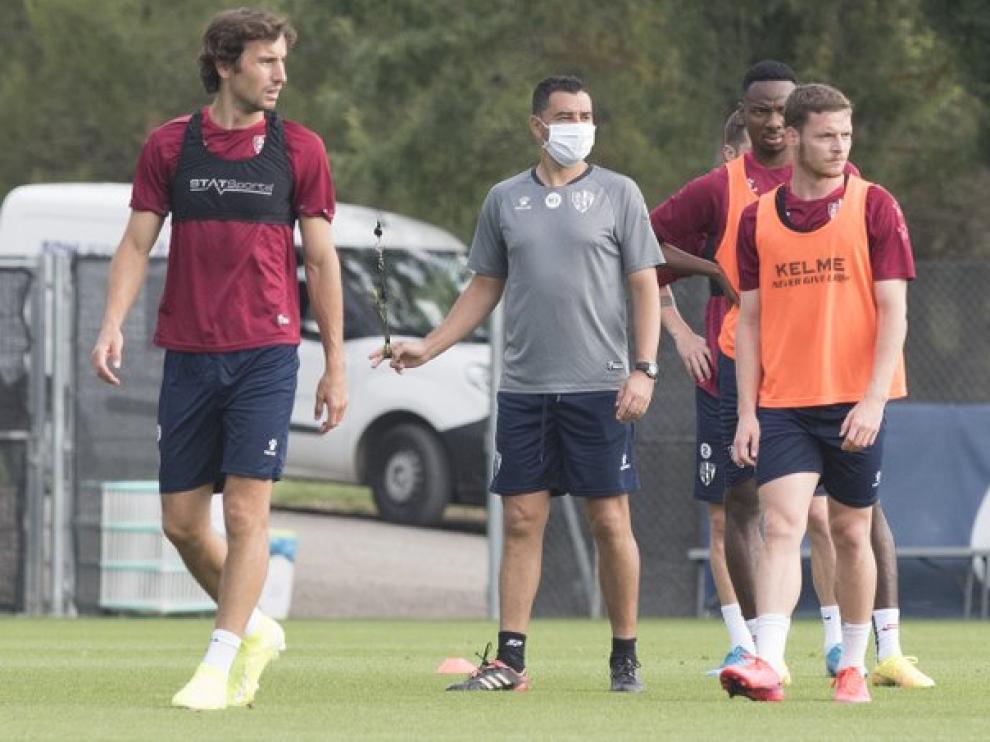 Míchel observa a sus jugadores durante el entrenamiento de este miércoles.