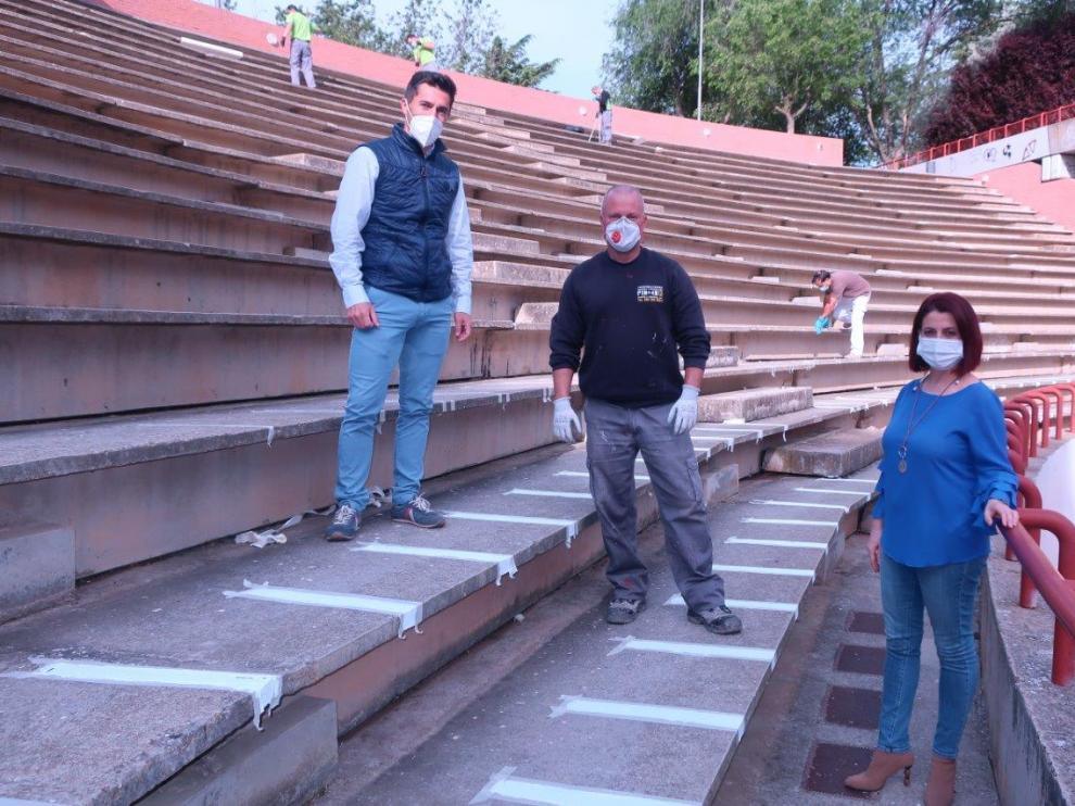 La alcaldesa, Emm Buj, con los concejales Carlos Méndez y Juan Carlos Cruzado, en el auditorio de Los Fueros.