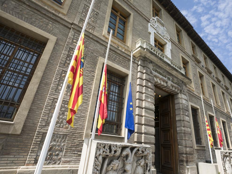 Banderas a media asta en la sede del Gobierno de Aragón.