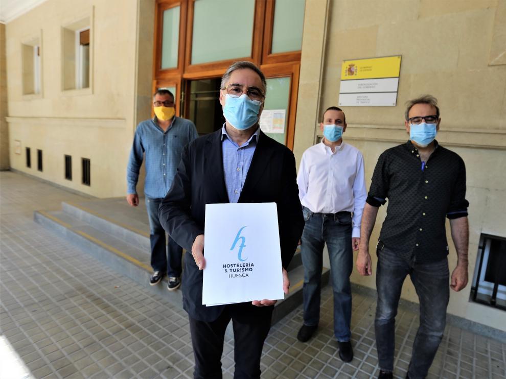 Carmelo Bosque, acompañado de otros representantes de la Asociación Provincial de Hostelería, delante de la subdelegación del Gobierno en Huesca, donde entregaron el manifiesto.