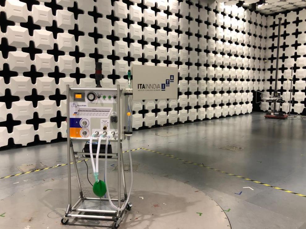 Prototipo de respirador 'made in' Aragón, durante un ensayo de compatibilidad electromagnética.