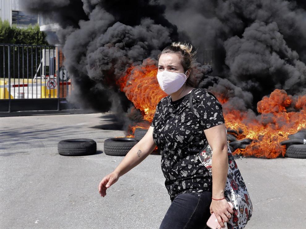 Los trabajadores de Nissan se concentran en Zona Franca y queman neumáticos