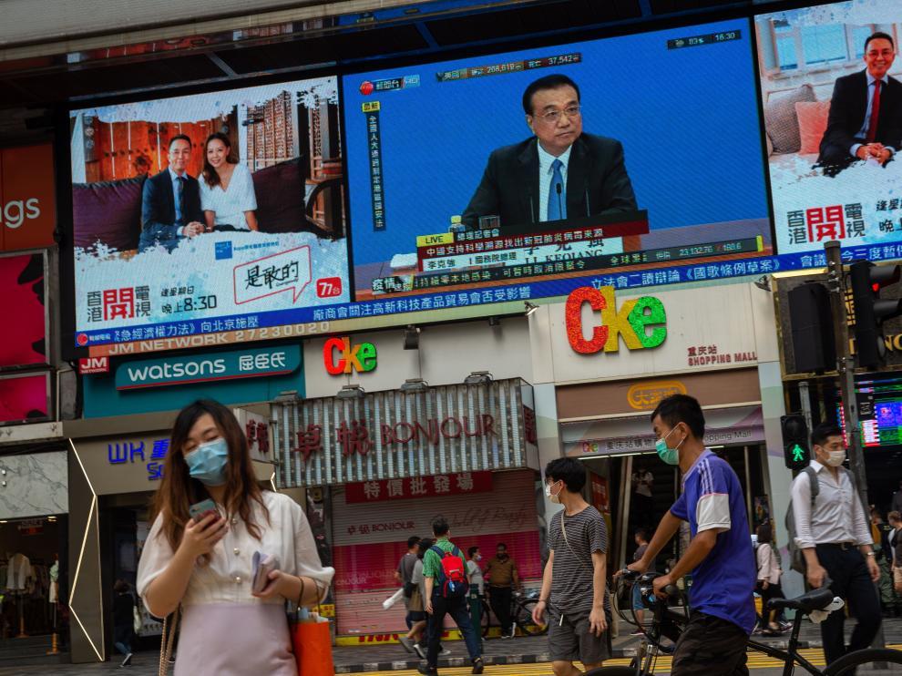 Una pantalla enel centro de Hong Kong muestra al primer ministro chino, Li Keqiang.