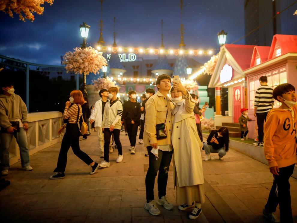 Una pareja se toma un selfi en un centro de ocio de Seúl.