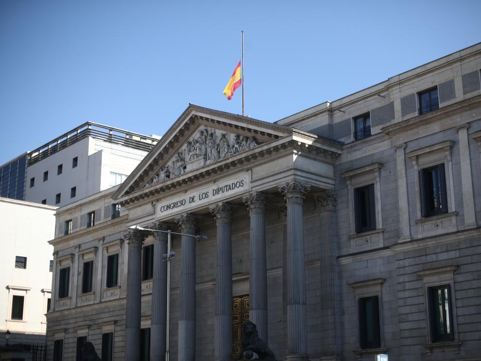 El Congreso de los Diputados, con la bandera a media asta.