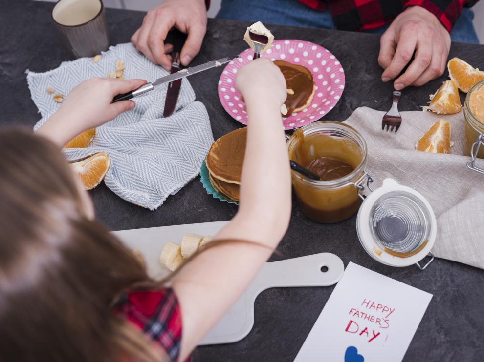 desayuno, niña, tortitas, chocolate, padre, familia,