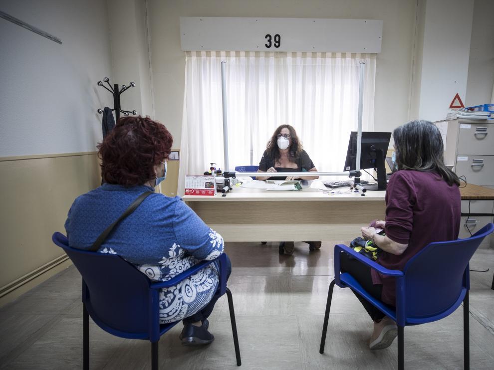 Dos mujeres, este viernes, son atendidas por una trabajadora social en el nuevo Centro de Atención a la Dependencia de Zaragoza.
