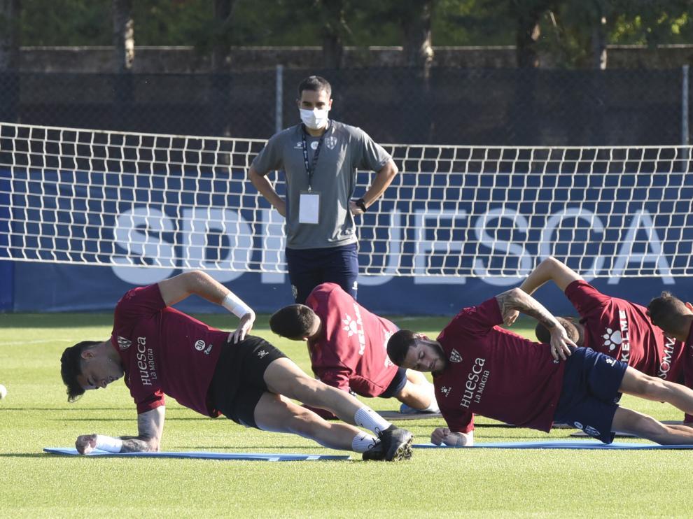 El readaptador Jorge Carracedo observa a los futbolistas.
