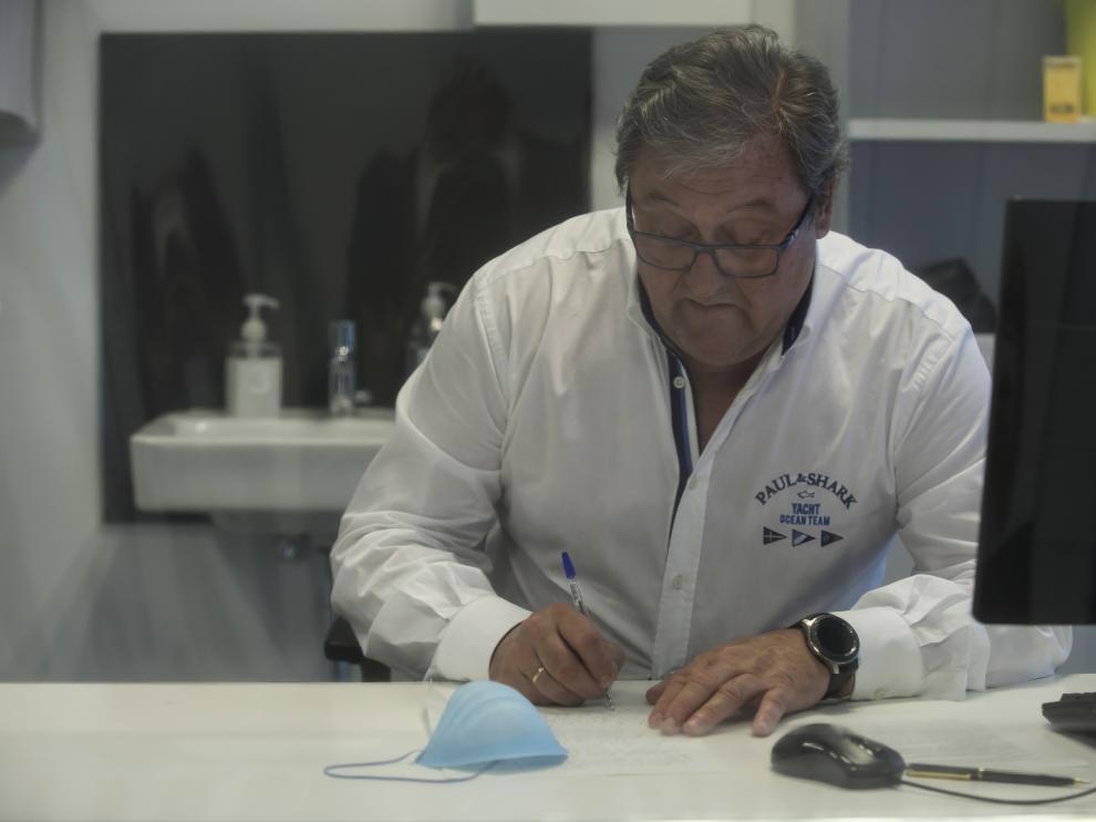 Pascual Querol escribe la carta en el juzgado de guardia sobre la reflexión durante la pandemia en Zaragoza.