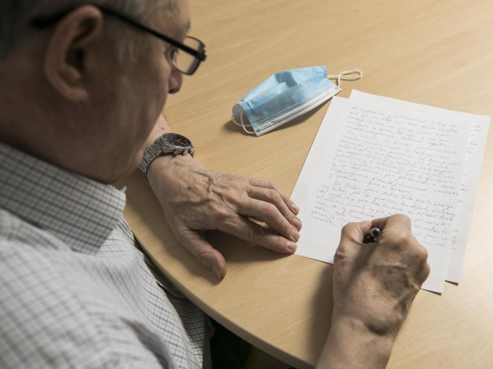 Jesús Soto, presidente de Atades, firma la carta de recuerdo a los residentes fallecidos.