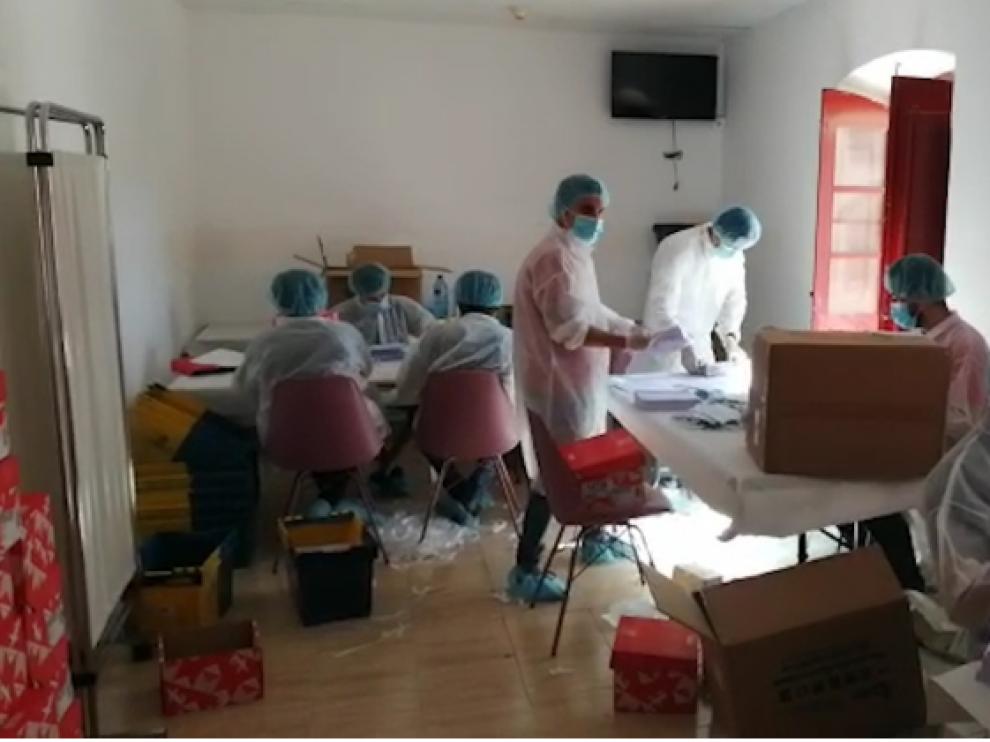 Los 320.000 sobres con mascarillas preparados en el albergue de Zaragoza llegan a los mayores de 65 años
