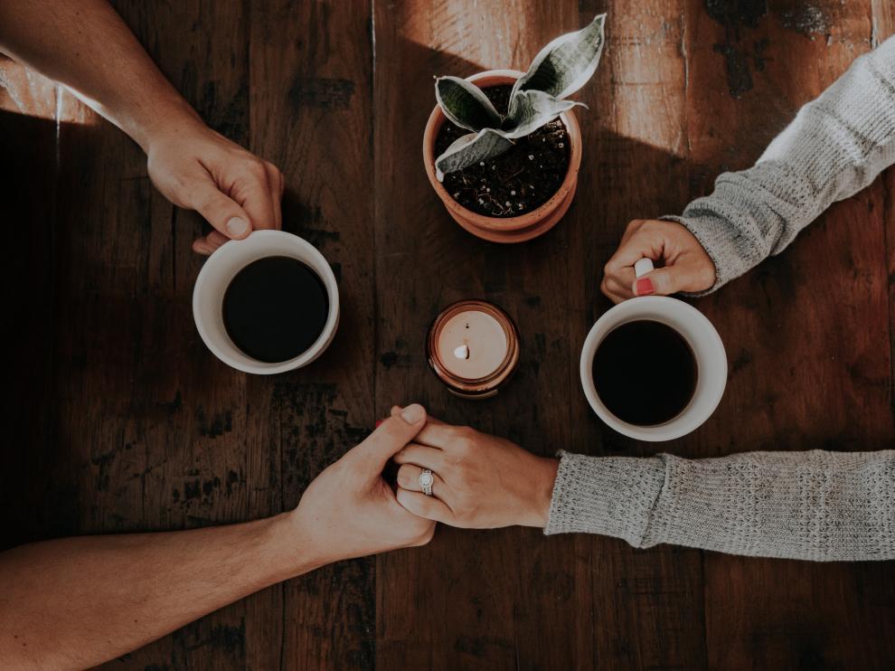 Los reencuentros de amigos y familiares giran en torno a una taza de café.