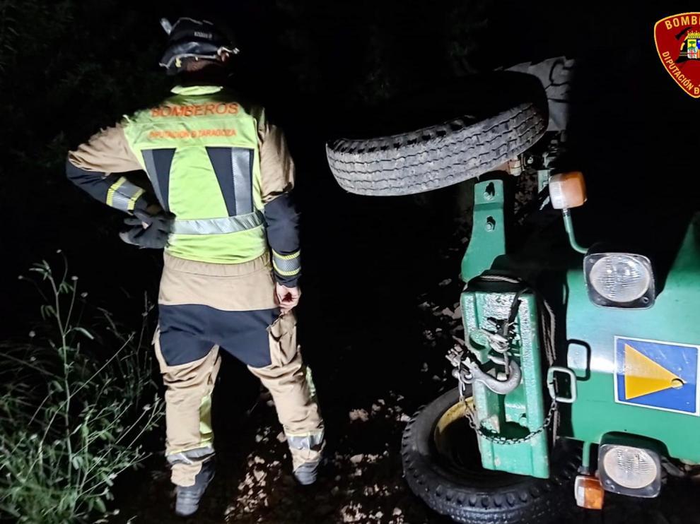 El tractor quedó volcado en un campo
