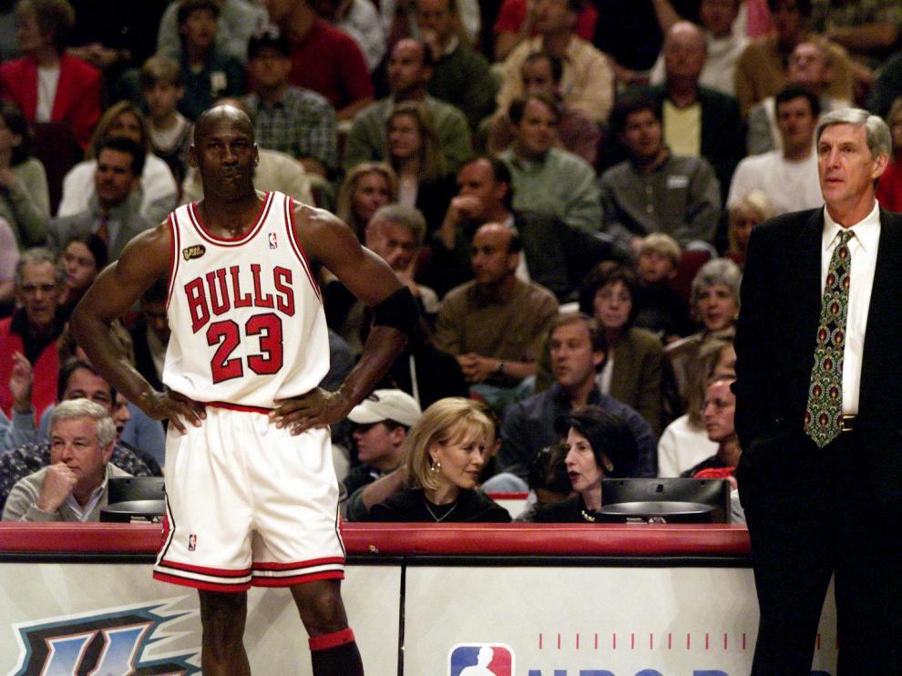 Michael Jordan (izquierda) junto al Jerry Sloan, que fuera entrenados de los Utah Jazz.