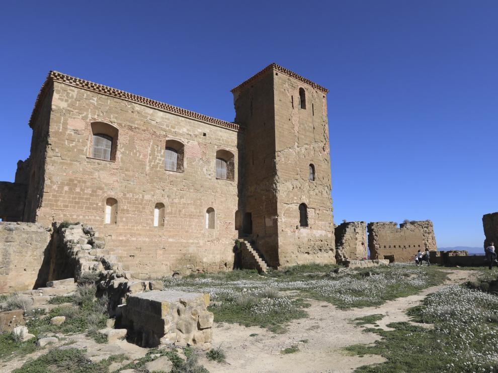 Uno de los edificios restaurados en el recinto del castillo de Montearagón.