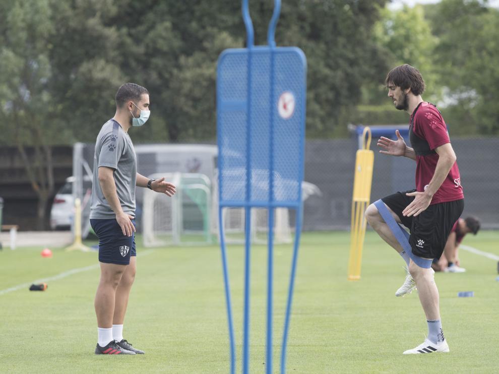 Eugeni realiza un ejercicio supervisado por Jordi Carracedo.