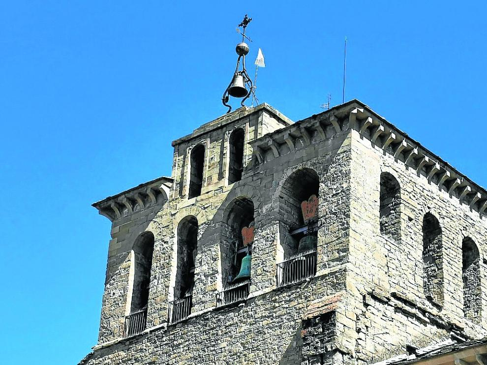 La bandera blanca ondea en la torre del campanario de la Catedral de Jaca.
