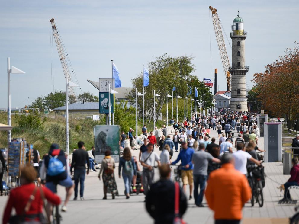 La gente pasea en la localidad costera alemana de Warnemuende.