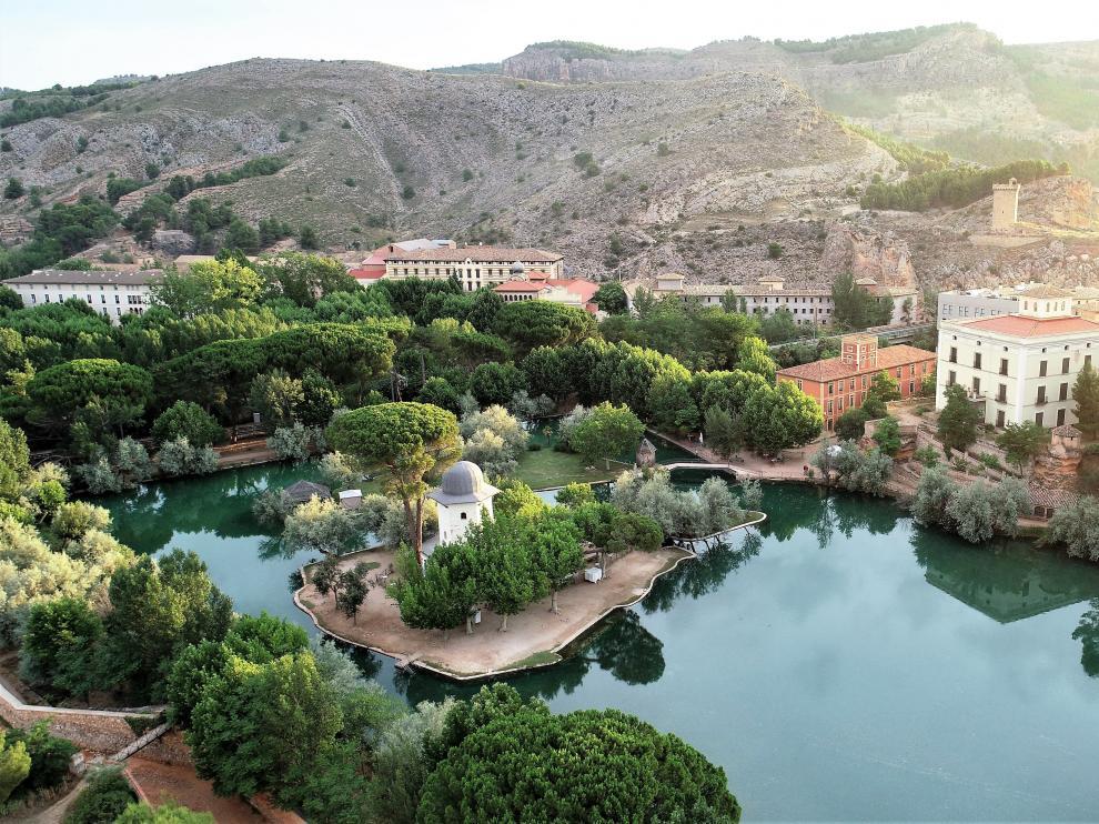 El lago termal de Termas Pallarés, único en Europa cuyas aguas se mantienen a 28ºC de temperatura y se renuevan cada 32 horas.