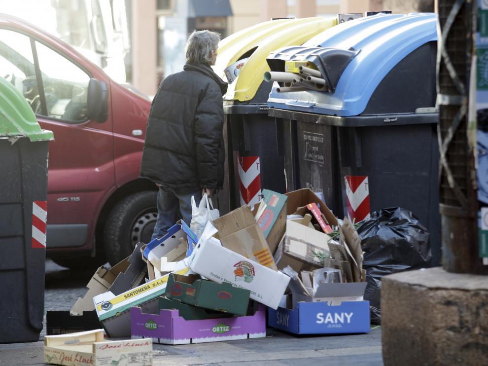 Una persona buscando entre unos contenedores en Zaragoza