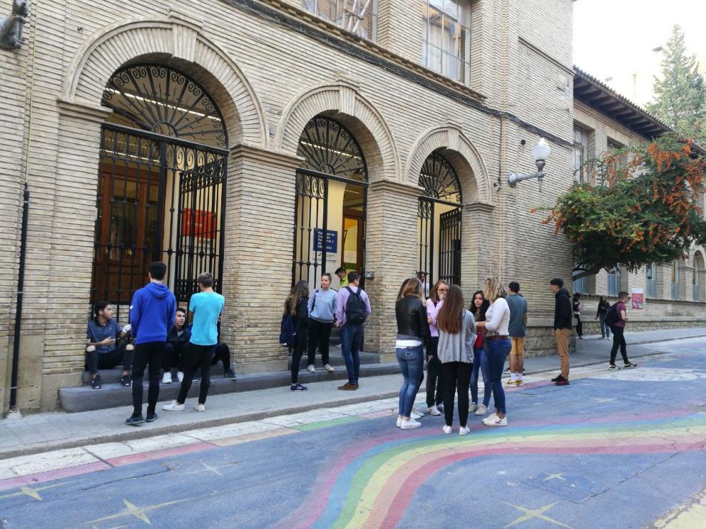 Futuros maestros en la entrada de la Facultad de Ciencias Humanas y de la Educación de Huesca, sede de la Mención en Lengua Aragonesa.