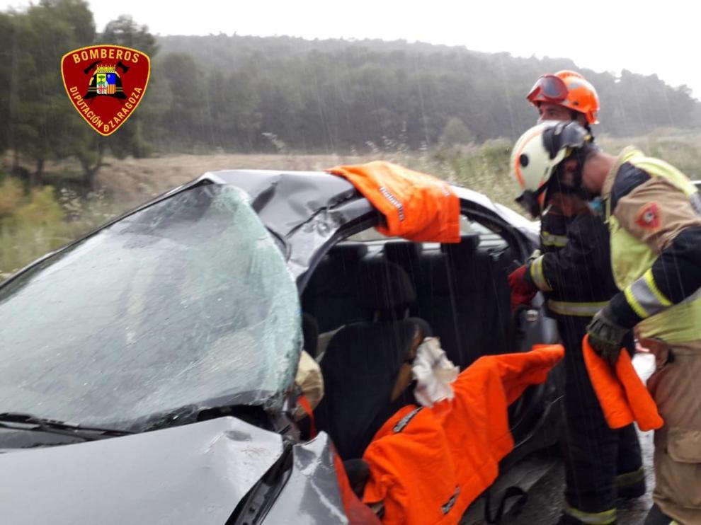 Los Bomberos han tenido que excarcelar al conductor de uno de los vehículos implicados en el accidente, ocurrido a la altura de Peñalba.