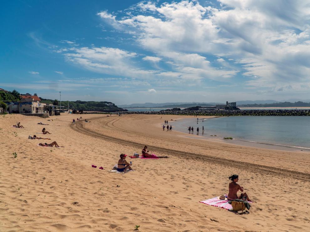 Santanderinos optan por broncearse, pasear y bañarse en 'primer día de playa'