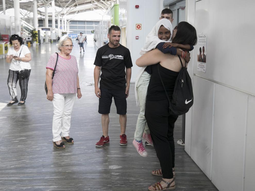 Una niña saharaui abraza a su familia de acogida en julio de 2019 tras llegar a Zaragoza.