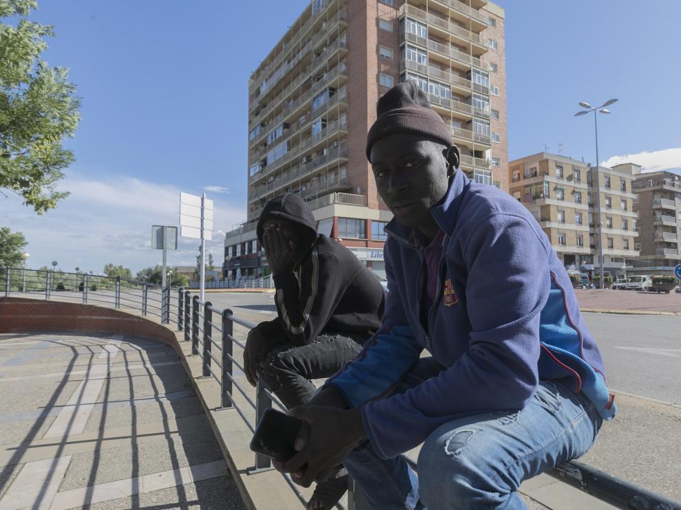 Ousmane, en los exteriores de la estación de autobuses de Fraga.