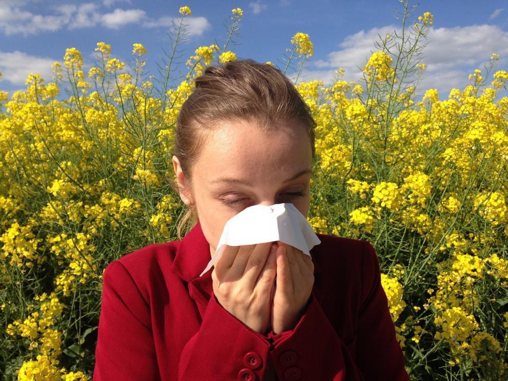 Mujer con alergia primaveral