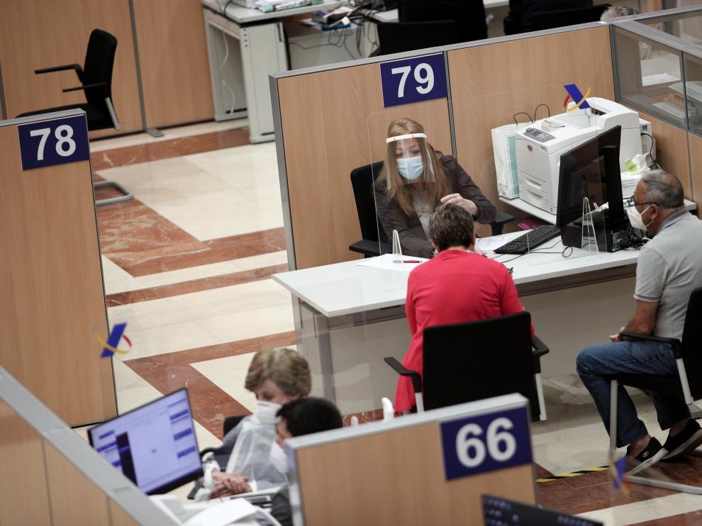 Servicio de cita previa de la renta en una oficina de la Agencia Tributaria en Madrid.