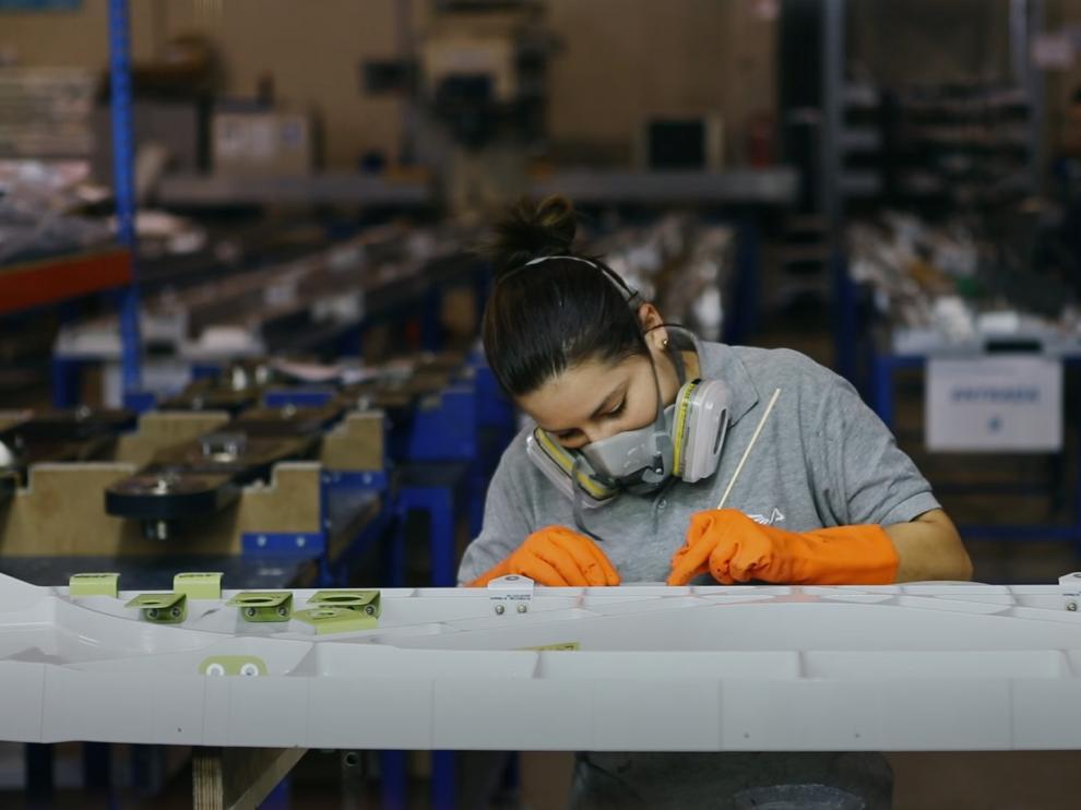 Una joven trabajando.
