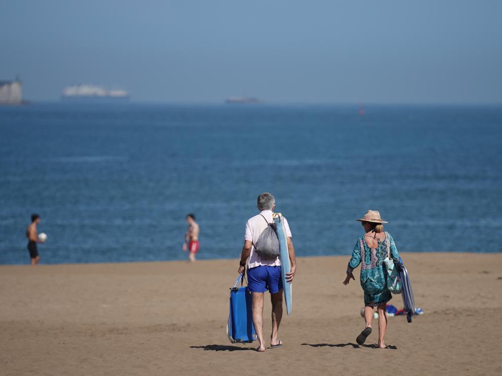 Varias personas pasean por la playa de Ereaga en Guecho, en Vizcaya, a finales de mayo.