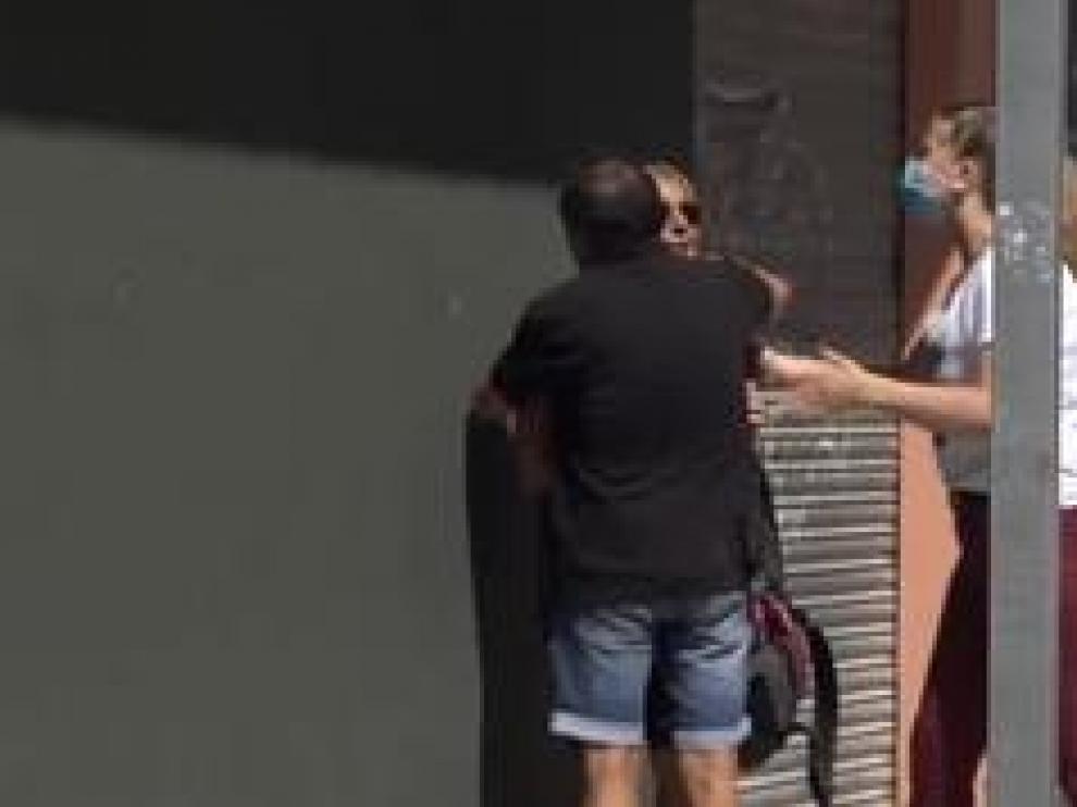 Un hombre de 52 años ha asesinado a su mujer y a sus dos hijos, menores de edad, en la mañana de este domingo en la localidad de Úbeda, en Jaén. El presunto autor de los hechos habría matado a cuchilladas a las víctimas para, posteriormente, quitarse la vida arrojándose desde el cuarto piso en el que residía.