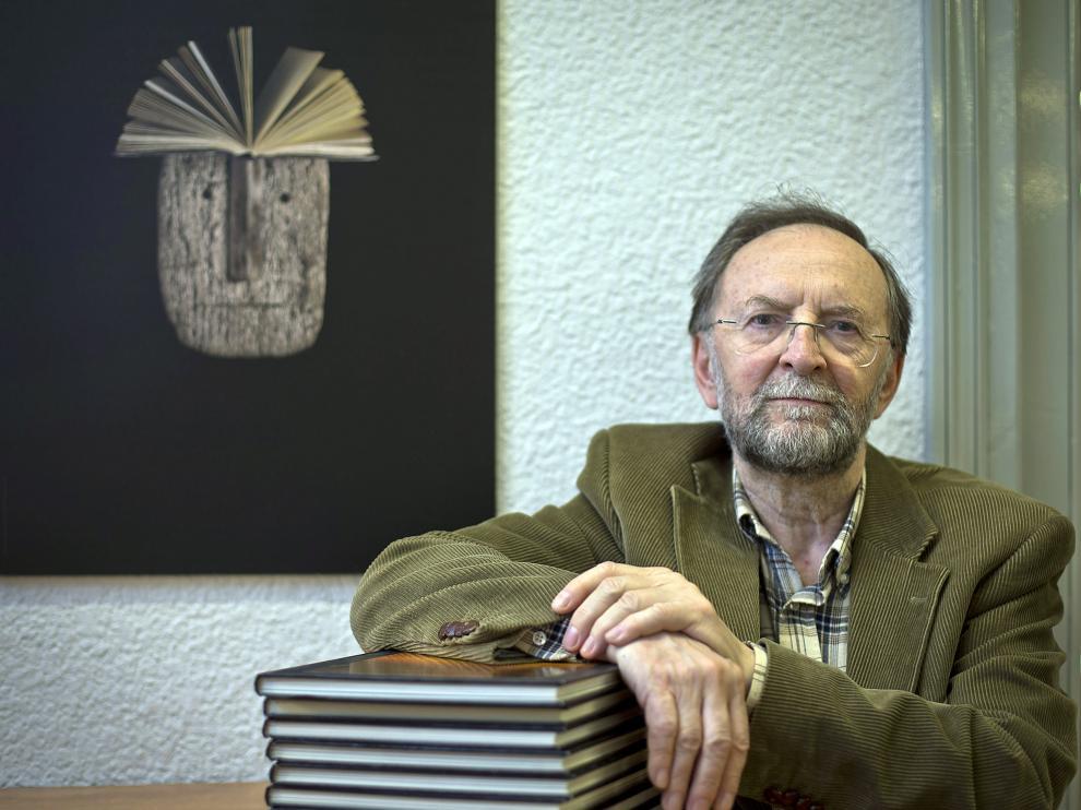 José Verón publica 'Cantares y presagios'.