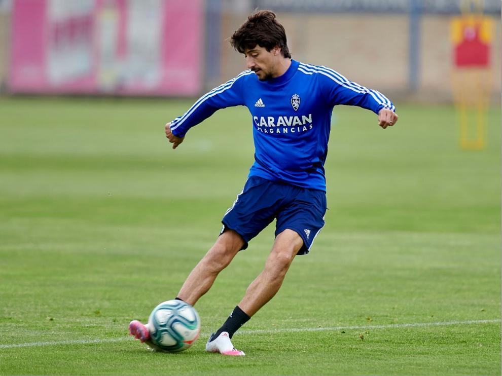 Julián Delmás, durante el entrenamiento de este viernes, golpea el balón.