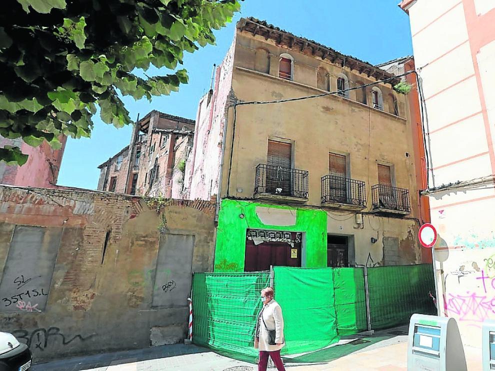 Edificio de la calle San Salvador que el Ayuntamiento va a derribar ante la dejación de la propiedad.