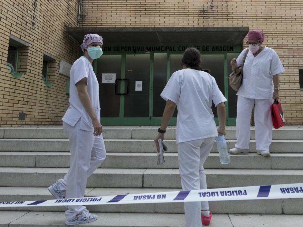 El equipo médico que atiende a los temporeros en el pabellón Cortes de Aragón de Fraga.