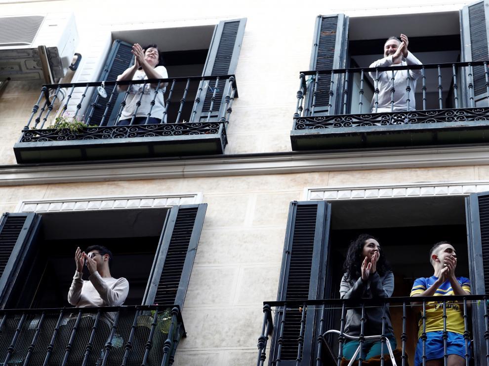 Vecinos del barrio de Lavapiés en sus balcones.