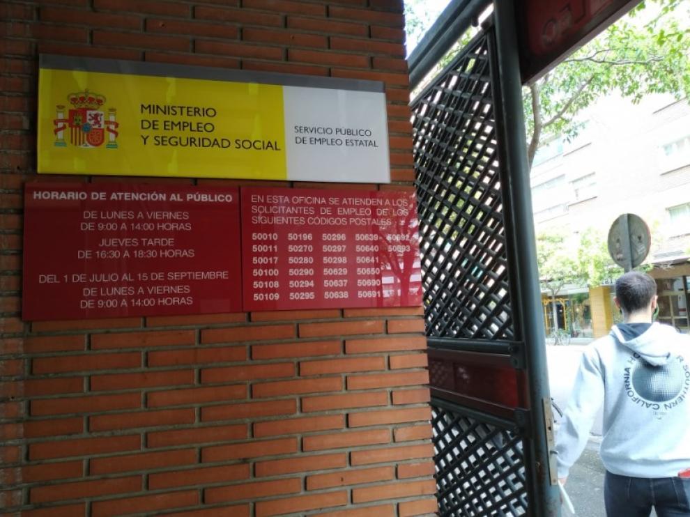 Los distintivos del SEPE de la calle de Santander, en Zaragoza.