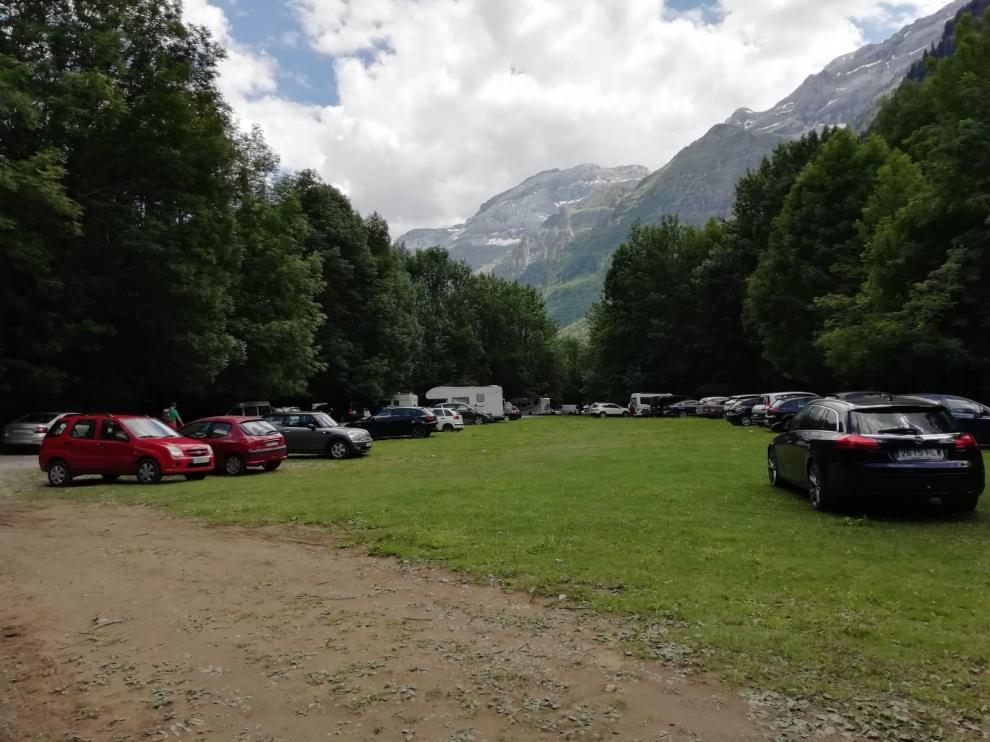 Vehículos estacionados en el valle de Pineta, en el Parque Nacional de Ordesa.