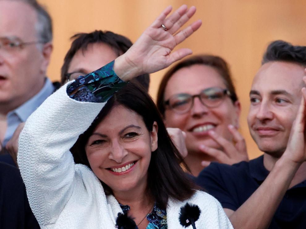 La alcaldesa de París, Anne Hidalgo, celebra su resultado electoral.
