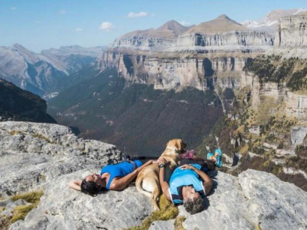 Una pareja y su perro, en lo alto del valle de Ordesa.