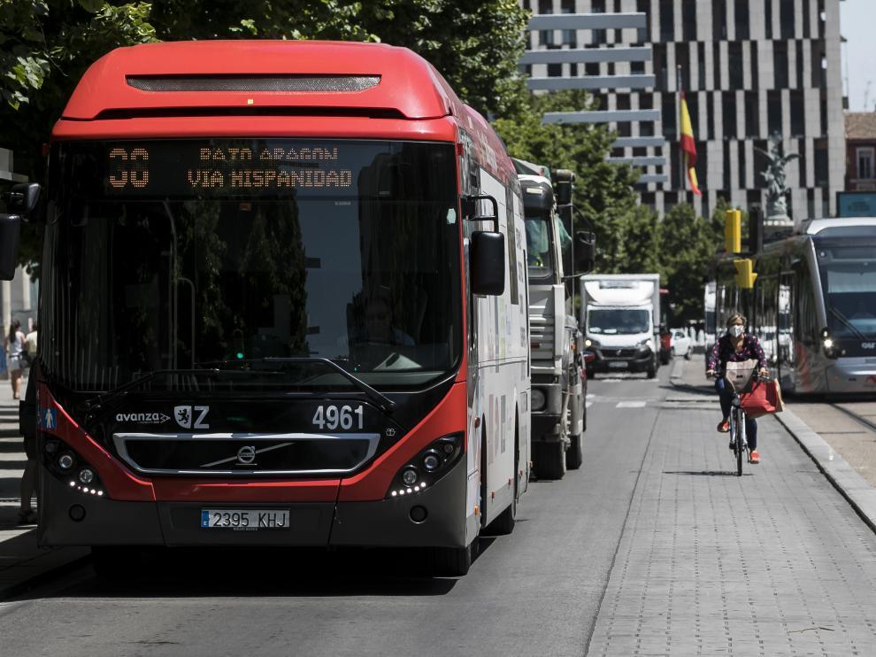 Un bus y un tranvía, a su paso por el paseo de la Independencia.