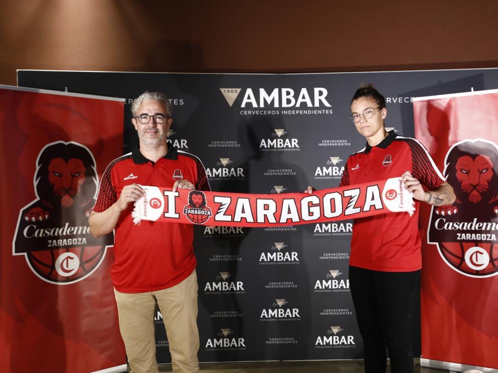 El entrenador del Casademont femenino, Carlos Iglesias, junto a la jugadora Laura Nicholls.